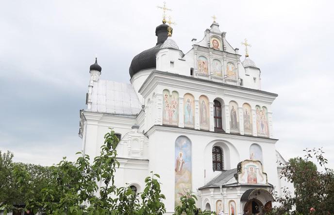 Лукашенко зажег свечи в храме Свято-Никольского монастыря в Троицкую родительскую субботу