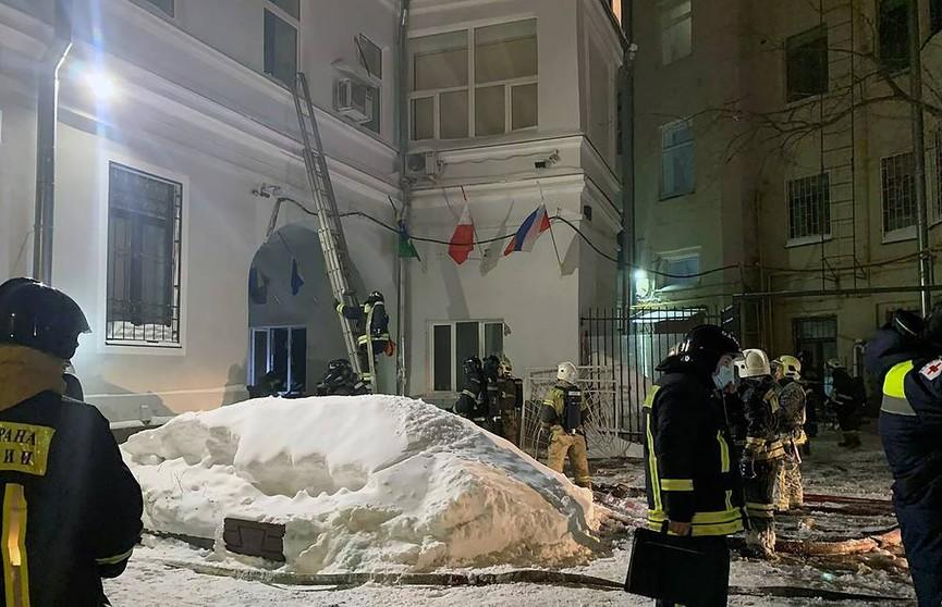 В центре Москвы загорелось здание с хостелом и кафе. Обрушились перекрытия и крыша