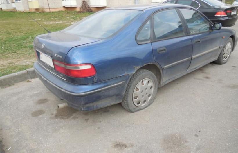 Боролся с выхлопными газами: житель Лиды проколол шины 16 авто
