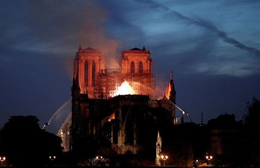 Собор Парижской богоматери потушили не полностью