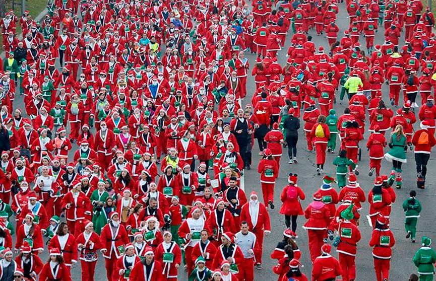 Тысячи Санта-Клаусов пробежали по центру Мадрида