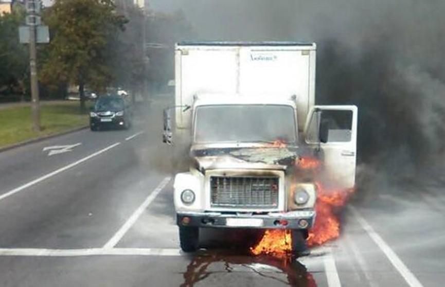 Грузовик загорелся на дороге в Минске (Фото)