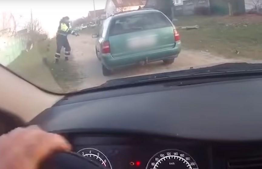 Сотрудники ГАИ останавливали пьяного водителя со стрельбой в Добруше (ВИДЕО)