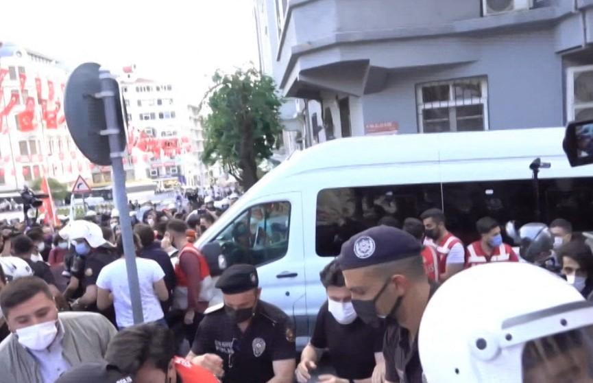 В Стамбуле сотни протестующих вышли на улицы. Начались беспорядки, правоохранители применили силу