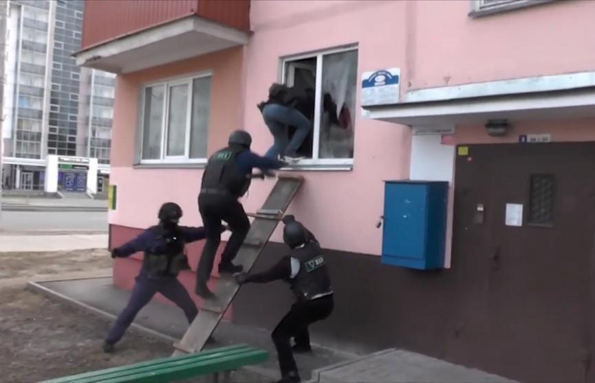 Вход через окно. Штурм квартиры подозреваемого в торговле наркотиками в Гомеле