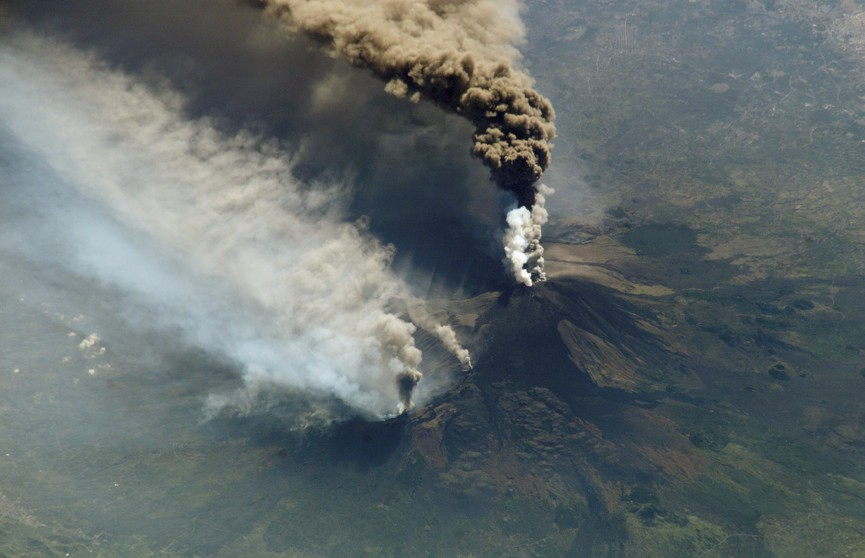 На Сицилии вновь проснулся вулкан Этна: один из аэропортов прекратил работу