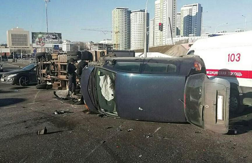Легковушка и грузовик столкнулись и перевернулись в Минске