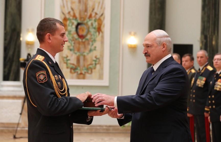 Президент вручил награды элите силовиков и выпускникам военных вузов