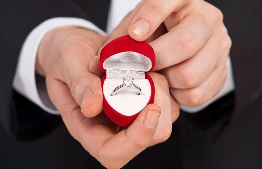 Парня пристыдили за то, как он сделал предложение своей девушке