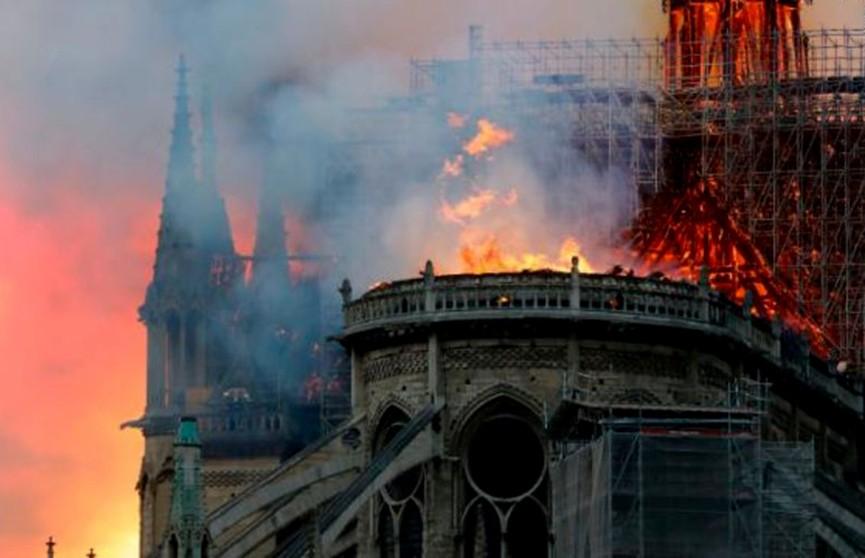 Пожар в Соборе Парижской Богоматери. Обрушился шпиль