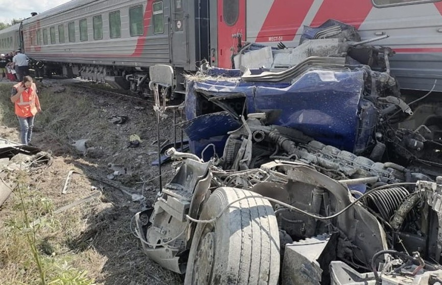 В России поезд столкнулся с грузовиком, погиб водитель