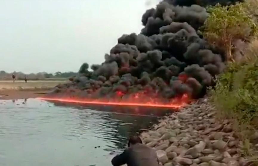 В Индии третий день горит река