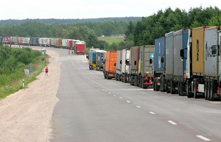 Очередь из грузовиков стоит на границе с Литвой