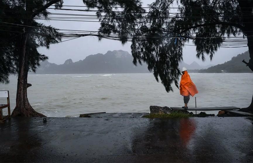 Туристы покидают Таиланд из-за урагана «Пабук»
