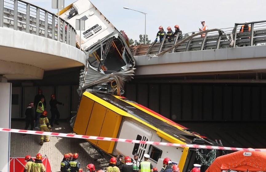 В Варшаве городской автобус упал с моста: один человек погиб, 20 ранены