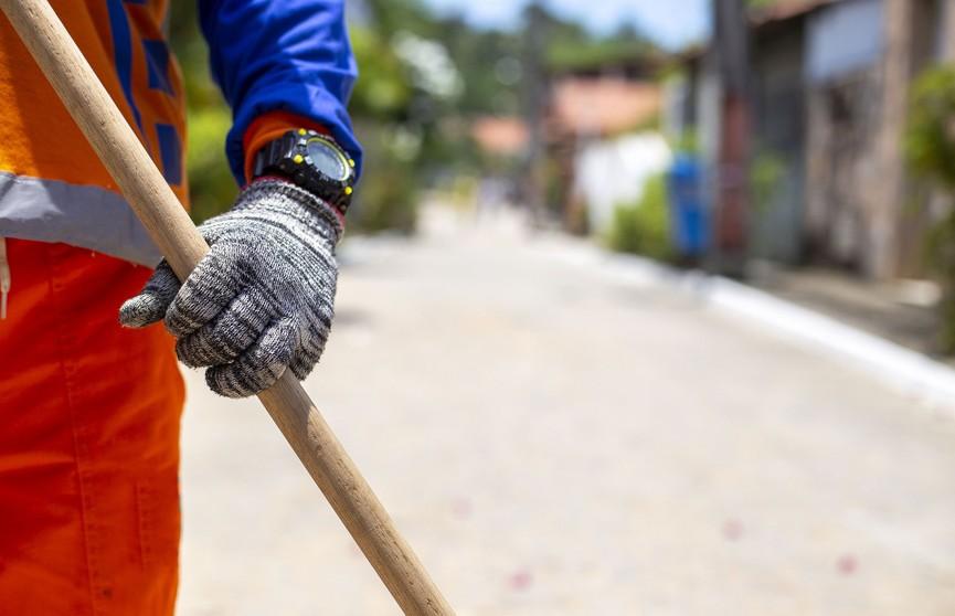 Как часто сотрудники жилищно-коммунальной службы должны убирать в многоэтажках?