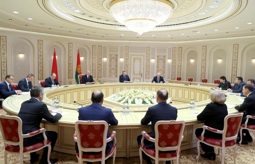 Лукашенко во время встречи с губернатором Свердловской области: Если вам нужна будет наша поддержка и помощь в строительстве, пожалуйста, под ключ