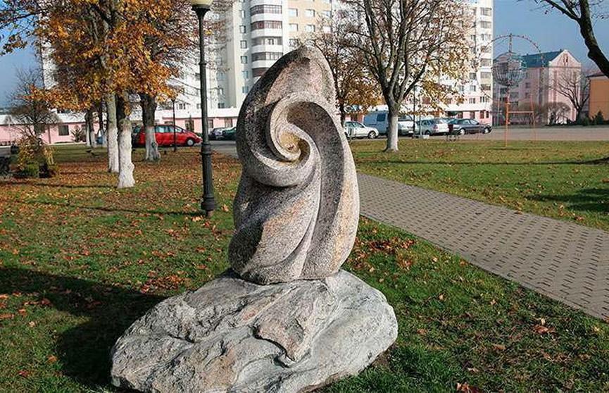 В центре Светлогорска снова украли «жемчужину» со скульптуры