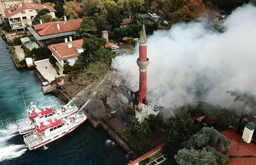 Крупный пожар вспыхнул в Стамбуле: горела старинная мечеть