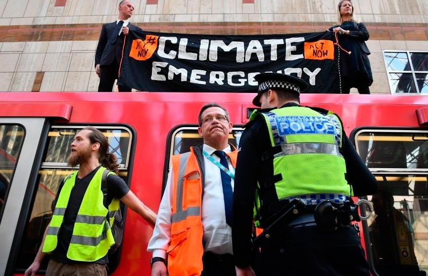 Экоактивист приклеил себя к поезду в Лондоне