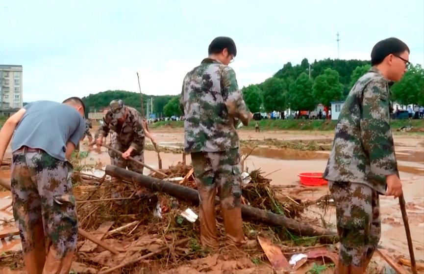 Экскурсия в Китае обернулась трагедией. Гигантская волна смыла группу туристов в ущелье