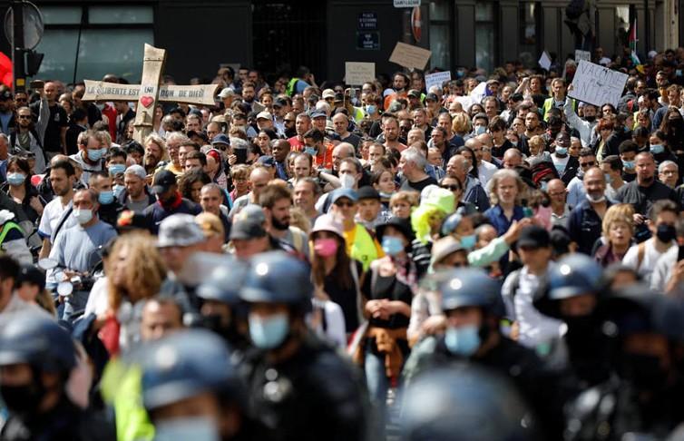 Европейцы протестуют против обязательной вакцинации и COVID-паспортов