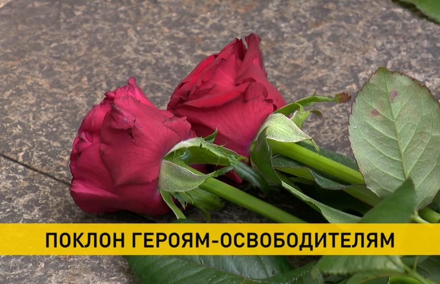 Работники Комитета госконтроля возложили цветы к мемориальному комплексу «Масюковщина»