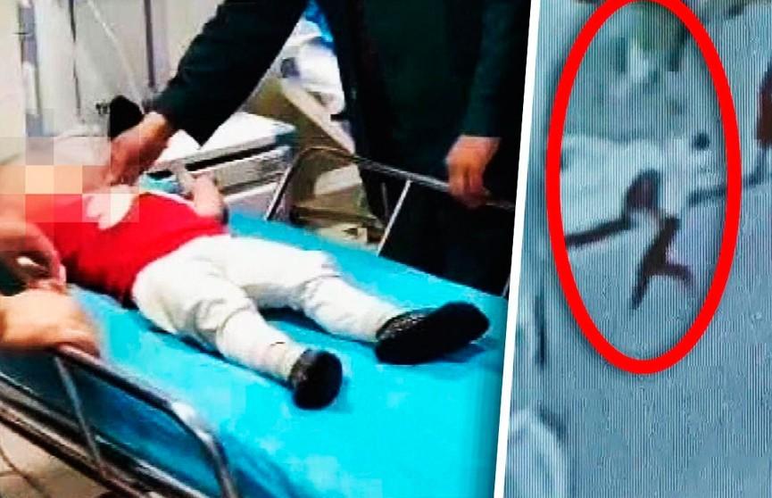 Прохожий поймал падающего с пятого этажа двухлетнего мальчика и спас ему жизнь (ВИДЕО)