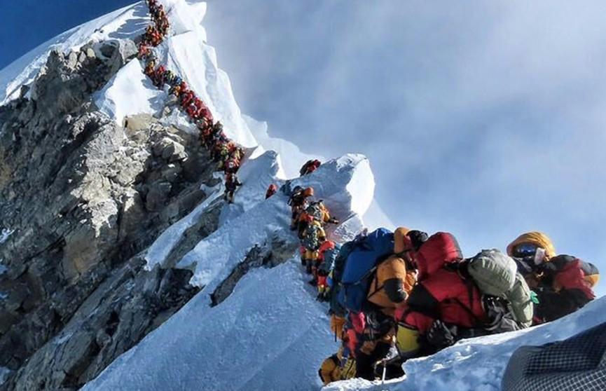 Как минимум 10 альпинистов погибли при восхождении на Эверест с 14 мая