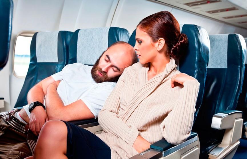 Сон, фильмы и книги: названы самые популярные занятия авиапассажиров