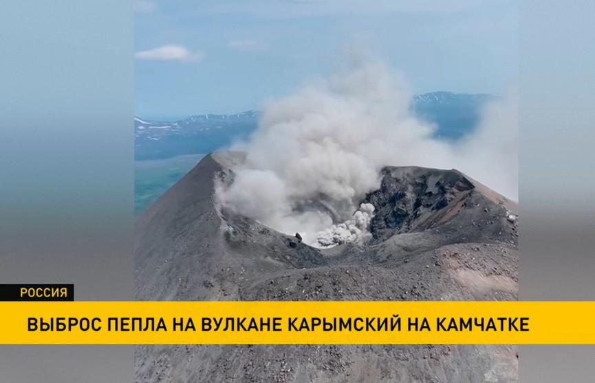 Километровый столб пепла выбросил вулкан на Камчатке