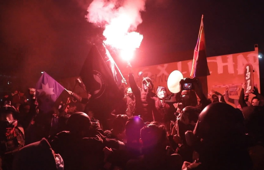 Массовые беспорядки и столкновения с полицией продолжаются в Чили