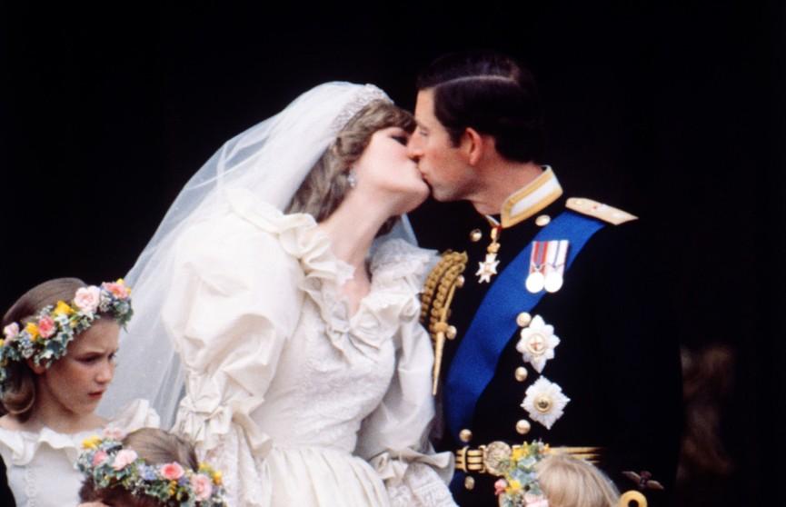 Нежность, «пропитанная горечью»: поцелуй принцессы Дианы и принца Чарльза признали самым запоминающимся в истории