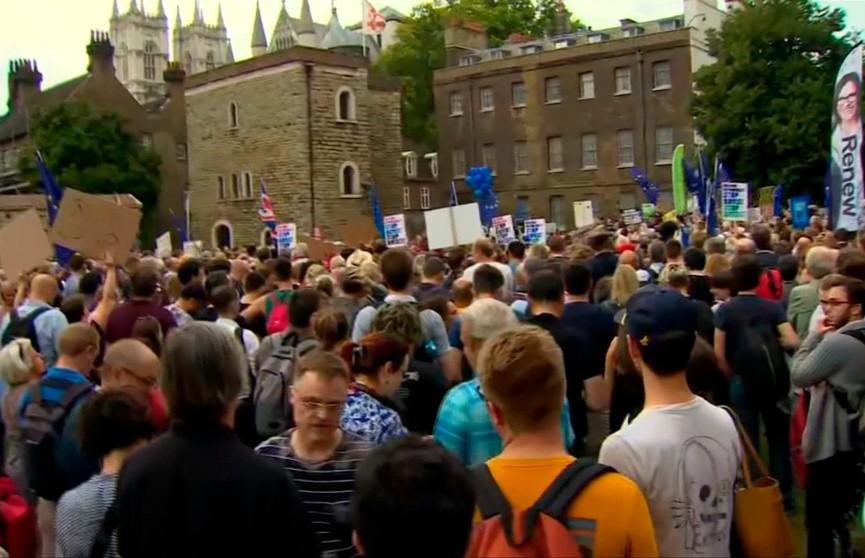 Протесты против приостановки работы парламента начались в Великобритании