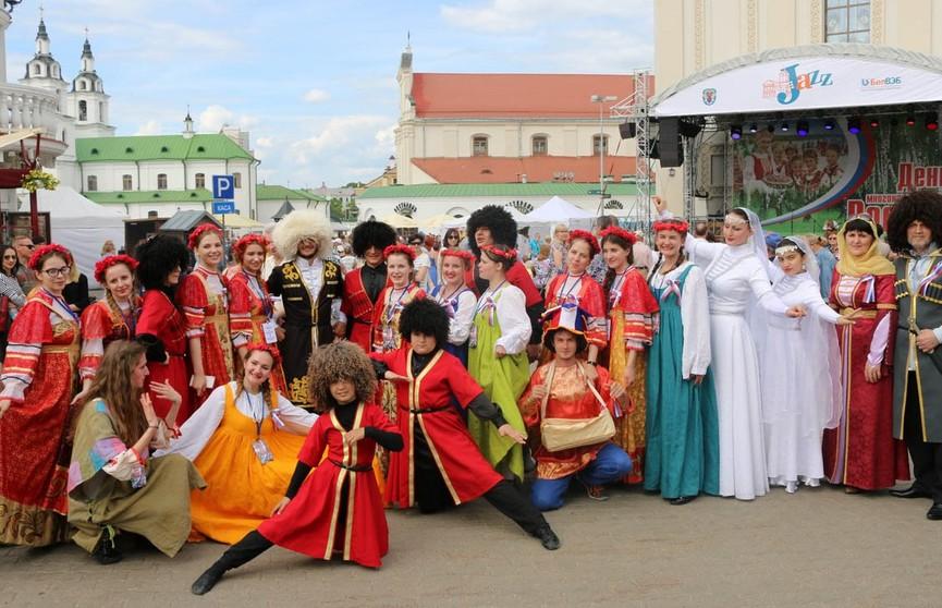 «Хор Турецкого» и джаз: у Дворца Спорта проходит «День многонациональной России»
