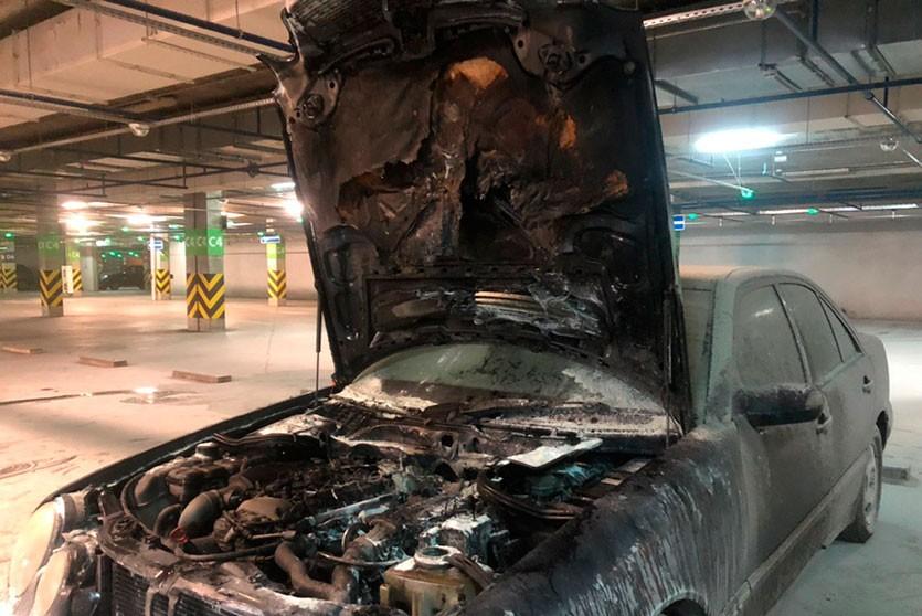 Mercedes загорелся на подземной парковке около ТЦ «Корона»