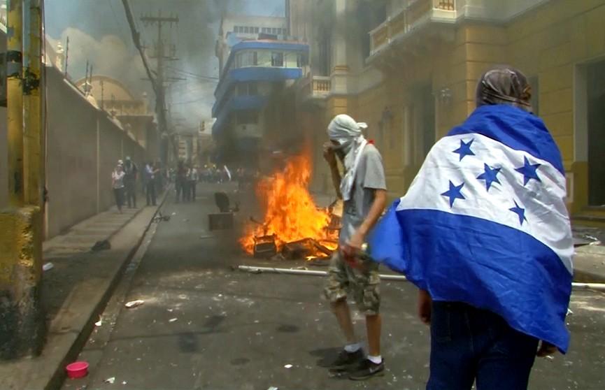 В Гондурасе вспыхнули массовые протесты: горят автомобили, люди ранены