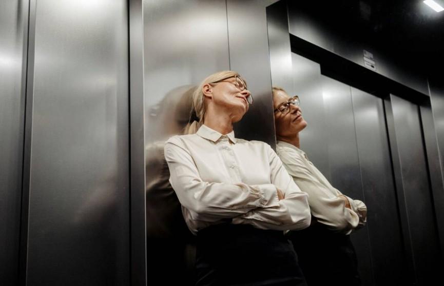 Итальянка застряла в лифте на 27 часов и выжила благодаря вину