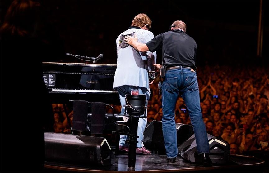 Из-за пневмонии Элтону Джону пришлось прервать концерт и извиниться перед фанатами