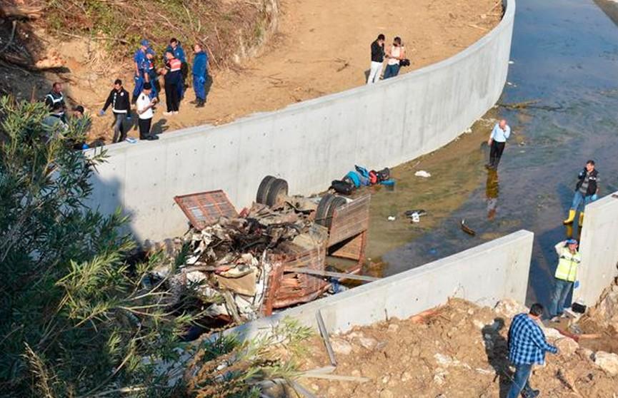 ДТП в Турции: грузовик с мигрантами упал в реку