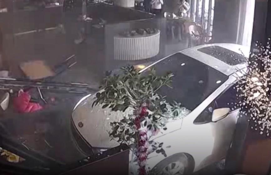 В китайском городе Наньтун автомобиль протаранил ресторан