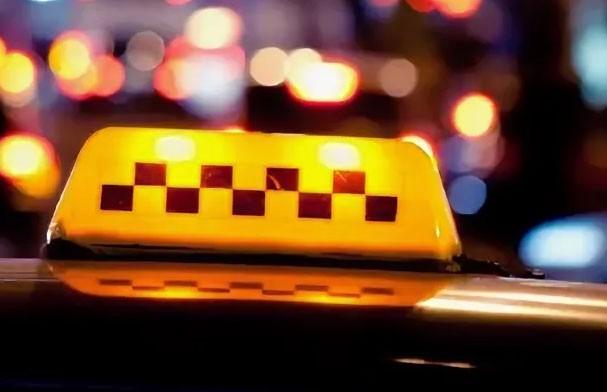 Пьяный пассажир избил таксиста рукояткой пистолета (ВИДЕО)