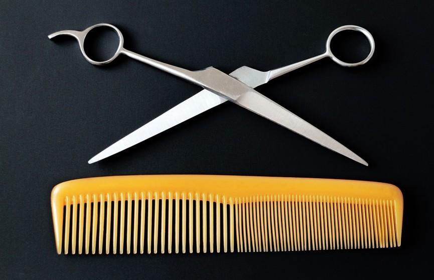 Отец подал в суд на отстригшую дочери волосы учительницу