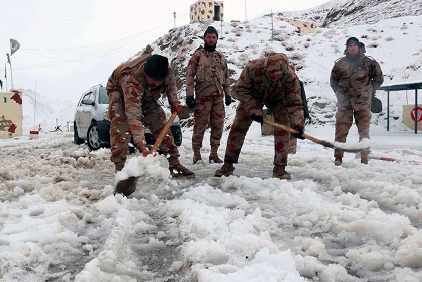 Число жертв наводнений и снегопадов в Пакистане увеличилось до 100 человек
