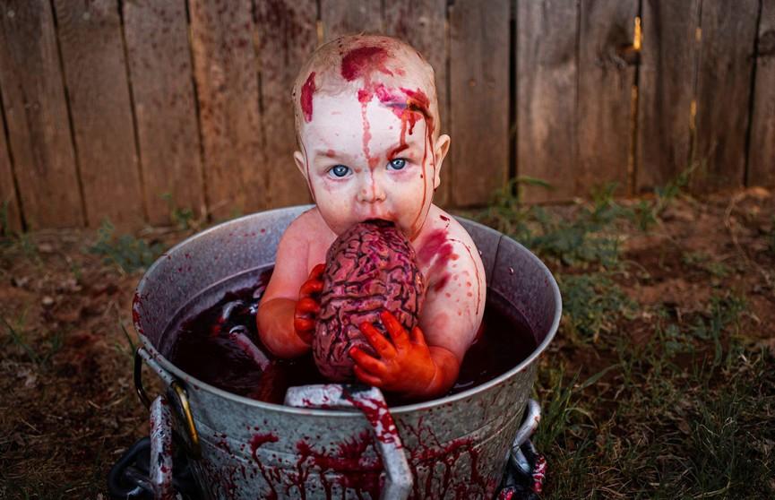 Жуткая фотосессия: мать заставила сына купаться в крови и есть мозги