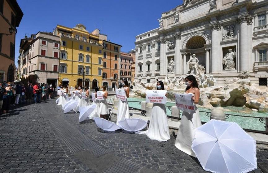Итальянские невесты протестовали против ограничительных мер на свадьбы