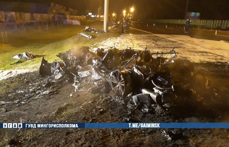 Ночью на МКАД автомобиль врезался в осветительную мачту и загорелся. Водитель был без прав
