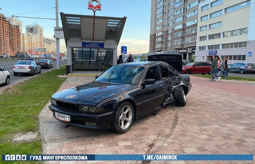 BMW в Минске вылетел к выходу из метро «Малиновка»