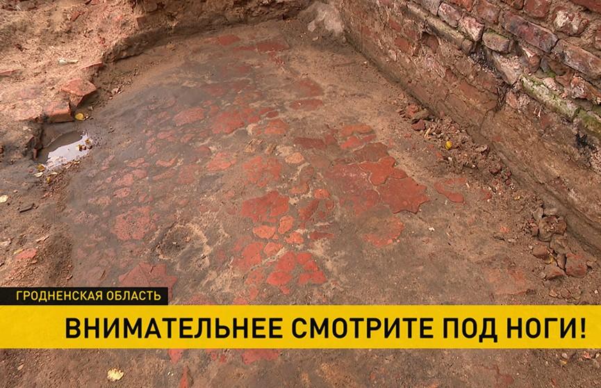 В Гольшанском замке обнаружили терракотовый пол XVII века