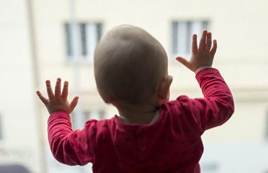 Годовалая девочка едва не выпала из окна в Ляховичах. Ее спасли сотрудники МЧС